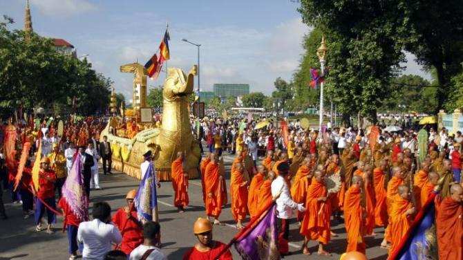PHNOM PENH, June 3, 2015 (Xinhua) -- People attend a celebration in Phnom Penh, Cambodia, June 3, 2015. Thousands of well-wishers on Wednesday joined a procession celebrating Cambodian King Norodom Sihamoni's being awarded an honorary title for his tireless efforts in spreading Buddhism in the world. (Xinhua/Sovannara/IANS)